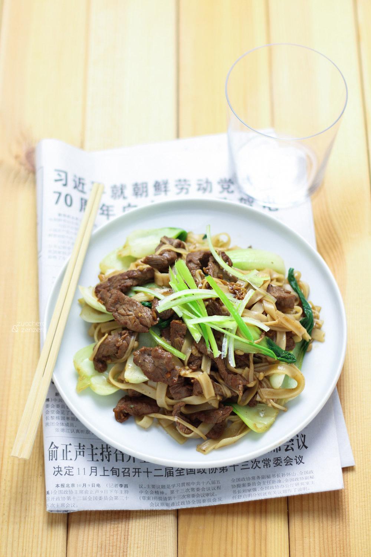 Tagliatelle di riso con manzo, enoki e bok choy