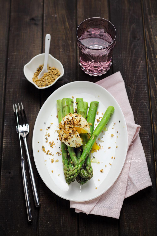 Uovo semi-sodo in crosta di dukkah con asparagi