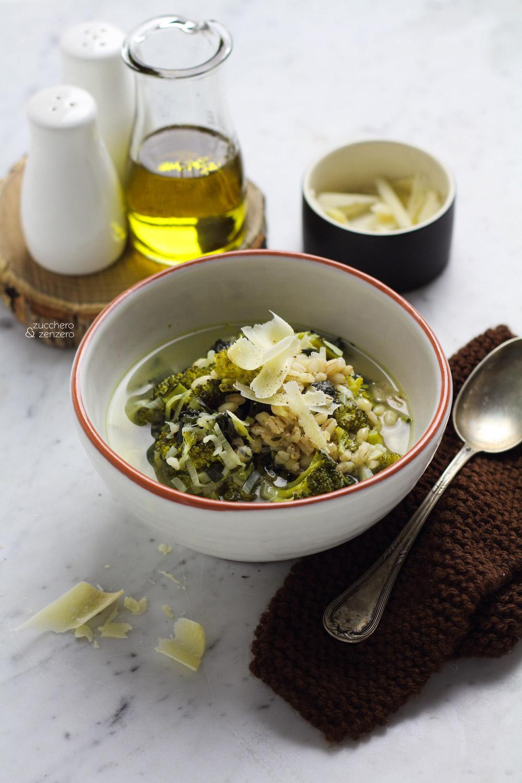 Zuppa di orzo, broccoli e cavolo nero