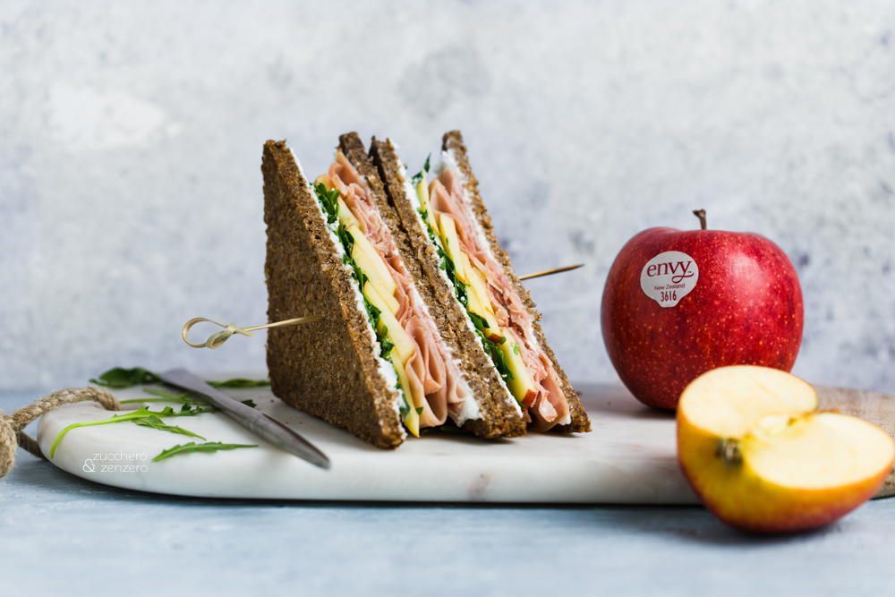 Sandwich con prosciutto mela caprino e rucola