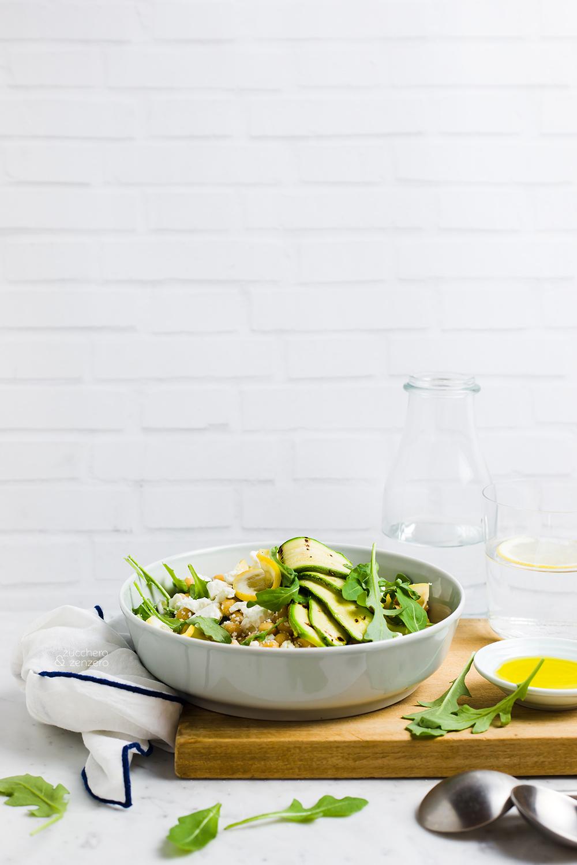 Insalata di ceci e feta con zucchine e limoni grigliati