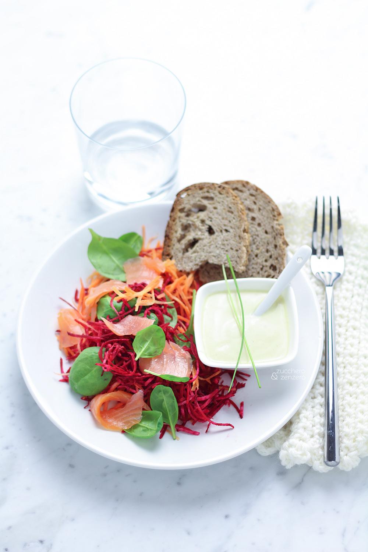 Insalata di barbabietole, carote e salmone affumicato
